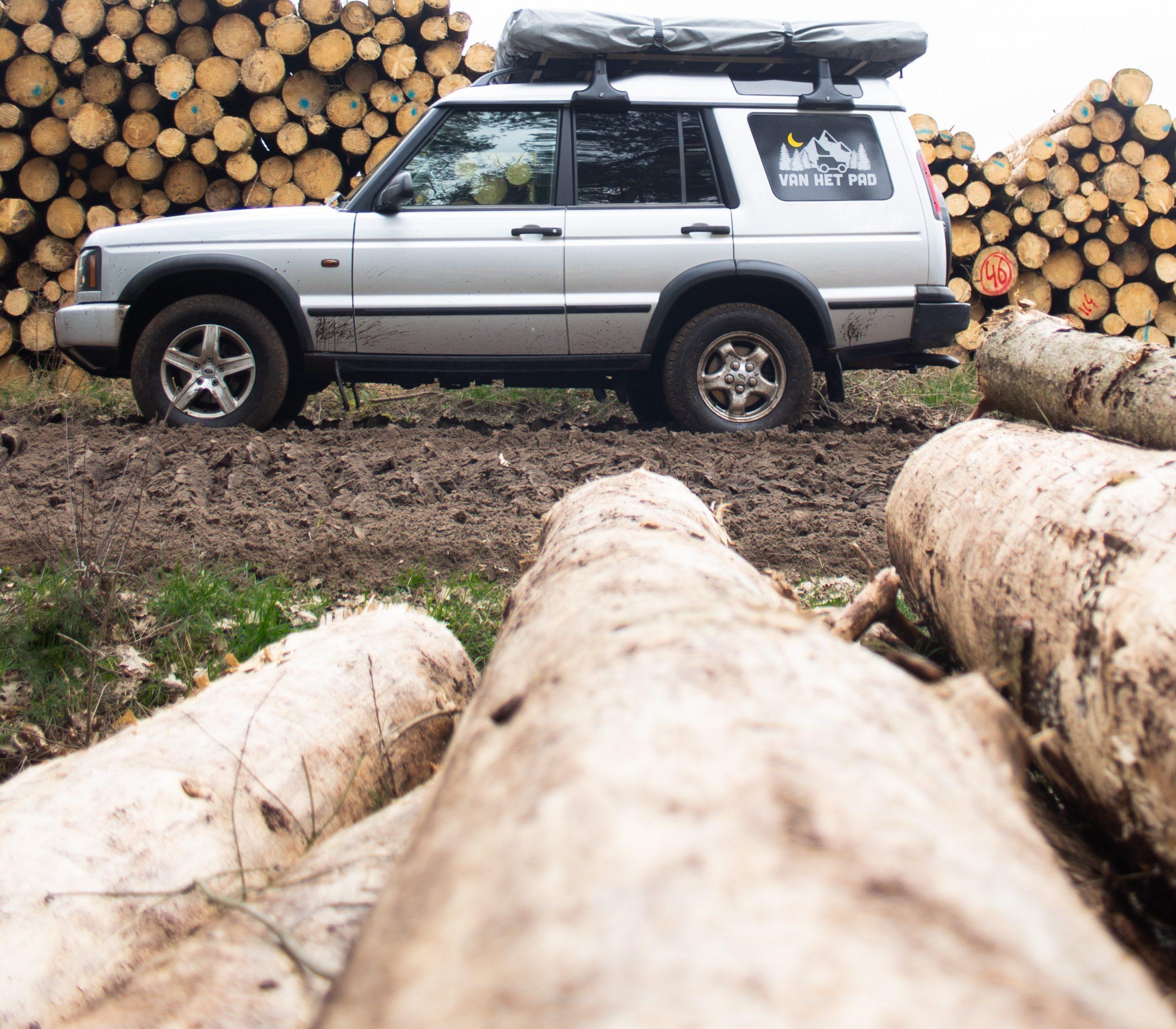 Corona-tijd: Land Rovers voor hulp